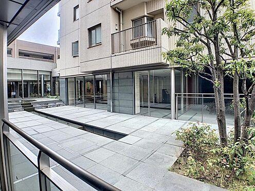 区分マンション-名古屋市西区稲生町字杁先 上質感漂う玄関へのアプローチ。居住者の帰り、訪れる方を優しく迎える・安らぎに満ちた生活空間を予感させる。健やかな暮らしを楽しめそう