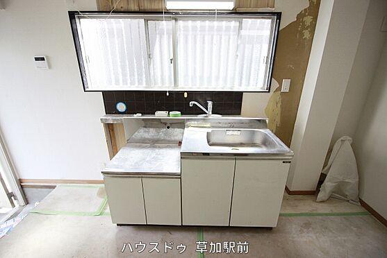 店舗・事務所・その他-川越市宮元町 キッチンは壁付なので、お料理に集中できそうですね♪目の前に窓もあるので換気も可能!