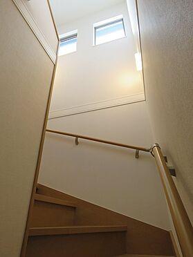 中古一戸建て-八王子市鑓水2丁目 窓があり明るい階段で2階へ