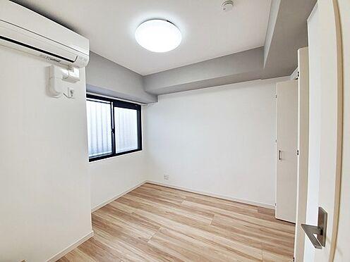 区分マンション-多摩市愛宕4丁目 新品のエアコン付の居室です。上部の梁部分にアクセントクロスを使用しお洒落な雰囲気です!