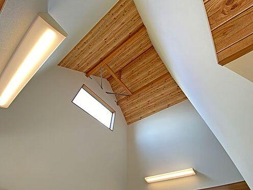 中古一戸建て-伊東市富戸大室高原 リビングダイニングスペースの天井は一部吹き抜け空間になっております。