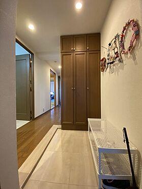中古マンション-名古屋市名東区植園町1丁目 玄関には大型収納があり、すっきりとした玄関でお客様をお迎えできます。