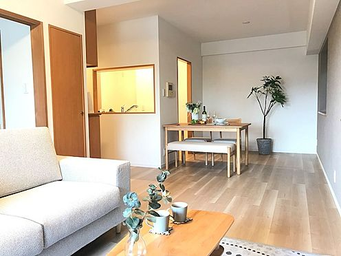 中古マンション-さいたま市南区大字太田窪 カウンターキッチンで家族の会話もはずみます ※配置されている家具はディスプレイ用です