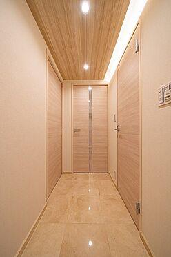 中古マンション-中央区新富1丁目 大理石貼りの玄関・廊下