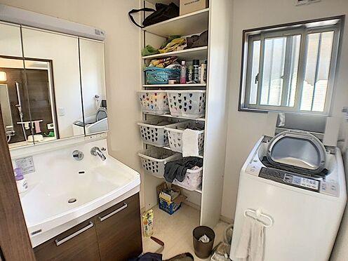 中古一戸建て-碧南市田尻町2丁目 女性に嬉しい三面鏡の洗面化粧台は小物収納も豊富です。