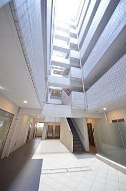 中古マンション-港区港南3丁目 中庭及び各階は吹き抜けを採用し、西向き住戸と東向き住戸を分けております。