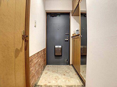 中古マンション-豊田市若林西町塚本 玄関には姿見が付いております。 コートを着てカバンを持ち、靴を履いた状態でのトータルチェックは玄関の鏡でしかできません◎