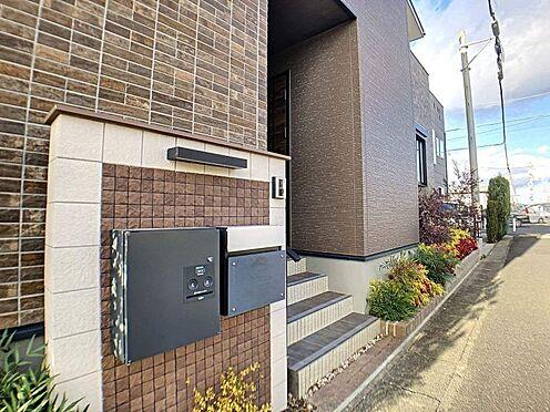 戸建賃貸-江南市高屋町十六田 玄関先には便利な宅配ボックスも完備。