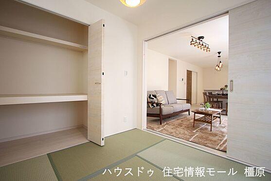 戸建賃貸-磯城郡田原本町大字阪手 リビングに続く和室は大変開放的。クローゼットタイプの押入れはふすま貼替の手間も無く、お手入れ楽々です。