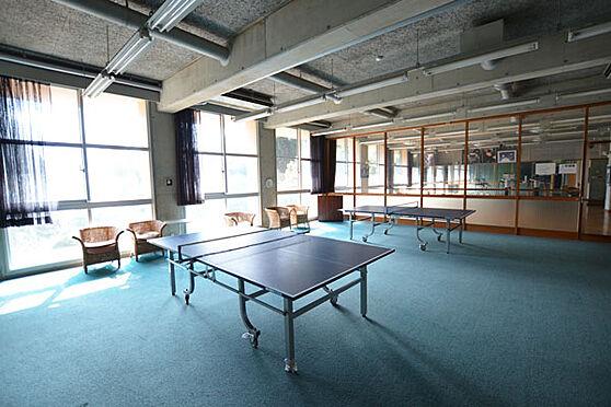 リゾートマンション-熱海市熱海 海音クラブにある卓球台です。この奥にはアスレチックルームがあります。