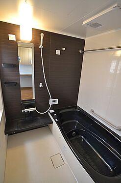 中古一戸建て-稲城市坂浜 1616サイズの浴室は窓もございます。