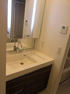 マンション(建物一部)-目黒区青葉台4丁目 収納付三面鏡。繋目の無い一体型カウンタートップ。