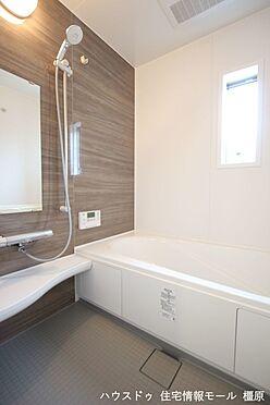 戸建賃貸-磯城郡田原本町大字千代 1坪サイズのゆったりした浴室で足を伸ばしておくつろぎ下さい。キッチンからボタンひとつでお湯はりや追い焚きができます。