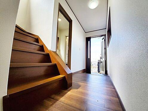 中古一戸建て-相模原市中央区横山台1丁目 玄関スペースはこんな感じです!階段がオープンになっていて開放感があります。