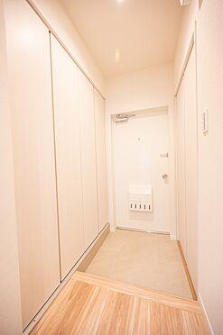 中古マンション-渋谷区代々木2丁目 玄関収納は物入にもなるたっぷり収納