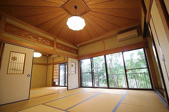 中古一戸建て-熱海市伊豆山 こちらの和室は広さ10畳。天井高で細部にも職人の拘りが感じられる造りです。