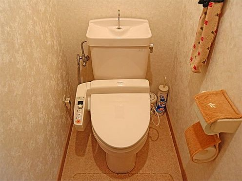 中古マンション-伊東市富戸 〔トイレ〕保温・洗浄機能付きのトイレとなっています。