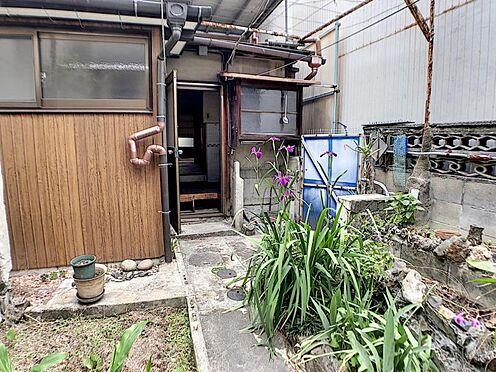 戸建賃貸-名古屋市南区六条町3丁目 キッチンの勝手口から出入りができます。