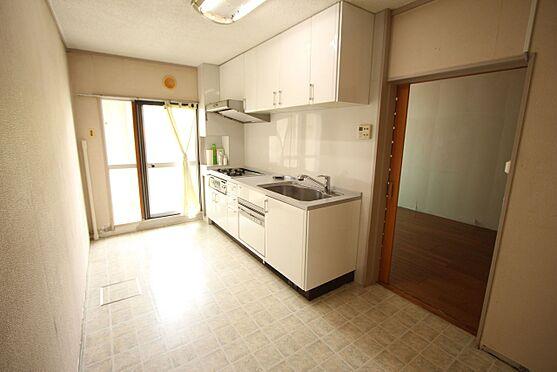 中古マンション-橿原市白橿町5丁目 白を基調としたさわやかな印象のキッチンです。便利な勝手口もございます。