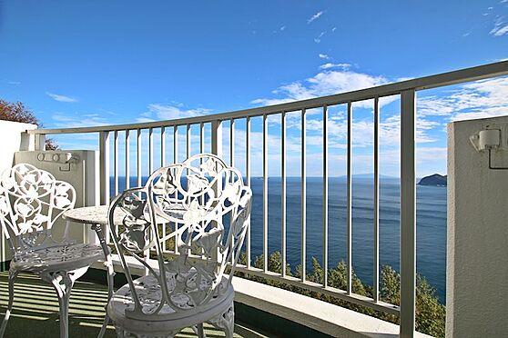 リゾートマンション-熱海市熱海 オーナー様はバルコニーにテーブルとチェアを置かれ、ここでティータイルを楽しまれているのでしょう。
