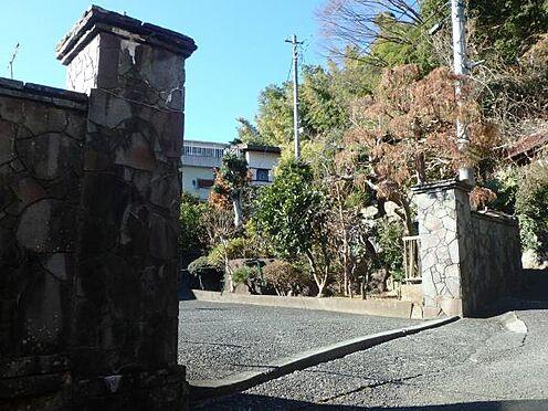 土地-足柄下郡湯河原町宮上 物件の入り口門の様子です。立派な石垣に囲まれた風格ある外観となっております。