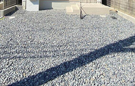 新築一戸建て-知多市にしの台1丁目 完成時の駐車場は砕石仕上げとなっておりますが無料でコンクリート打ちをさせて頂きます。