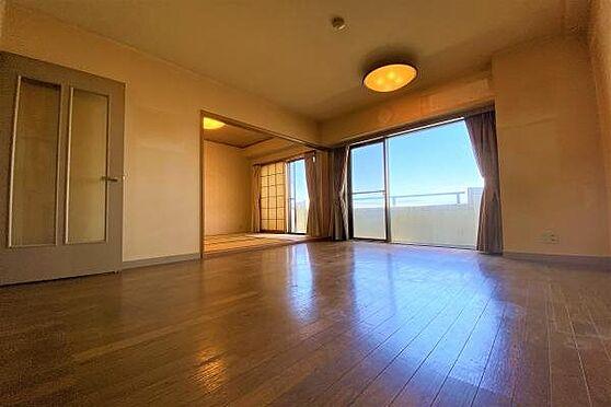 リゾートマンション-熱海市上多賀 LD1:約8.0帖のLDスペース。室内はリフォームが必要かと思います。ご相談はロイヤルインテリアまで