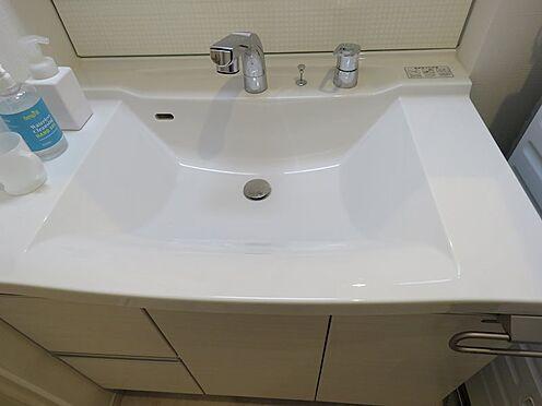 中古一戸建て-八王子市鑓水2丁目 継ぎ目のない洗面台はカビの発生を抑え清潔感を保ちます。