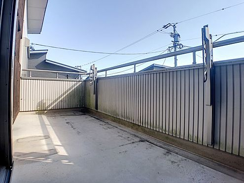 戸建賃貸-西尾市横手町溝東 広々としたバルコニーには洗濯物もたくさん干せます!