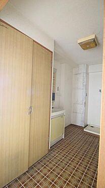 中古マンション-岡崎市矢作町字尊所 洗面室は広々使える広さで、収納も充実しています。