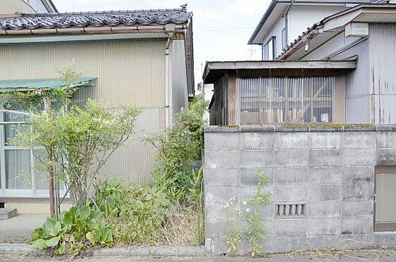土地-富山市本郷町 南側隣家との境の様子※西側通路から撮影