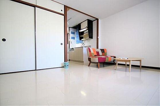 中古マンション-熱海市春日町 室内1:室内はフローリング張替済みの為白を基調とした清潔感ある室内です。