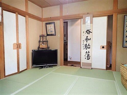 中古一戸建て-田方郡函南町平井 【和室(1階)】押入一間の他に半間の収納があります。充実した収納と四面方向に窓があります。