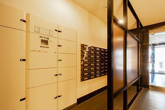 マンション(建物一部)-本庄市駅南1丁目 エレベーターとラウンジスペース。エレベーターも非接触キーによるセキュリティを採用。