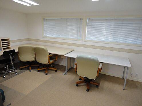 店舗・事務所・その他-平塚市諏訪町 南向きの窓から明るい陽が差し込んできます。