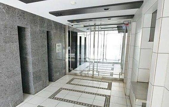 マンション(建物一部)-大阪市西区南堀江4丁目 白を基調とした明るい印象のエントランス