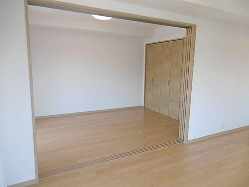中古マンション-多摩市永山1丁目 隣の6帖洋室とは繋げてご使用できます。