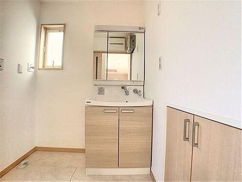中古一戸建て-名古屋市守山区鳥羽見3丁目 お掃除が楽な洗面台です。横に収納も有る為、洗面所をスッキリお使いいただけます。