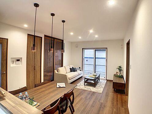 戸建賃貸-碧南市新道町4丁目 心地よく寛ぐのに充分な広さ、開放感に満たされる家族の和み空間。