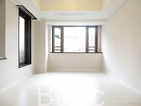 中古マンション-渋谷区初台2丁目 京王線「初台」駅徒歩約6分の好立地なマンションです。所在階は1階表記ですが、2階相当の高さです。北西向き角部屋につき、日当たり・通風良好です。安心のオートロック完備。便利な宅配ボックス付き。