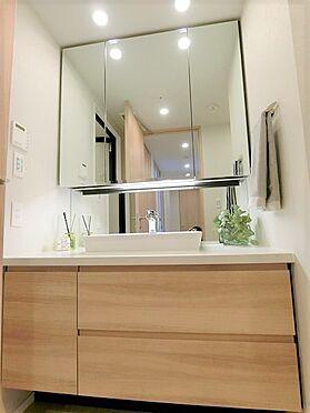 中古マンション-横浜市中区北仲通5丁目 ☆洗面ボウルのサイドも広々スペースのパウダールームです☆三面鏡裏側は収納です☆