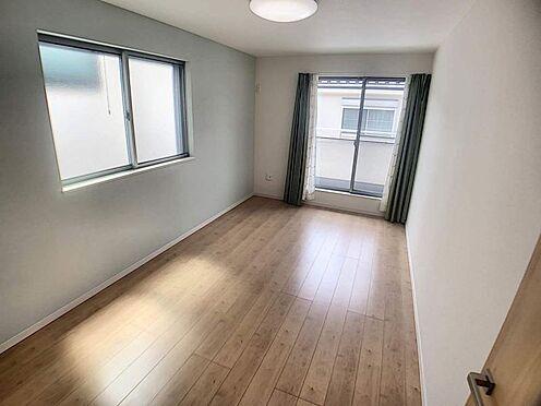 戸建賃貸-名古屋市北区北久手町 大きな窓から明るい光が差し込む室内です。