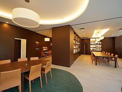 中古マンション-品川区東品川4丁目 ティータイムは1階のクロスラウンジを利用します。カフェラウンジ、ライブラリー、キッズルーム等