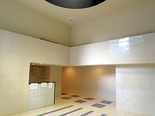 マンション(建物一部)-大阪市東淀川区東中島1丁目 ロビーも明るく開放感があります