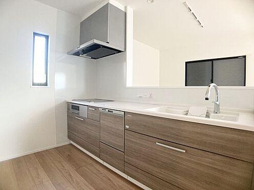 新築一戸建て-福岡市城南区樋井川4丁目 タッチレス水栓、人造大理石一体型シンク採用でより快適なキッチン。家事の時短に欠かせない食洗器付き。
