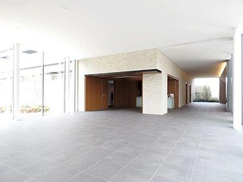 中古マンション-品川区勝島1丁目 1階ロビーの吹き抜け部はガラスが天井まで続いており非日常間を演出してくれます。