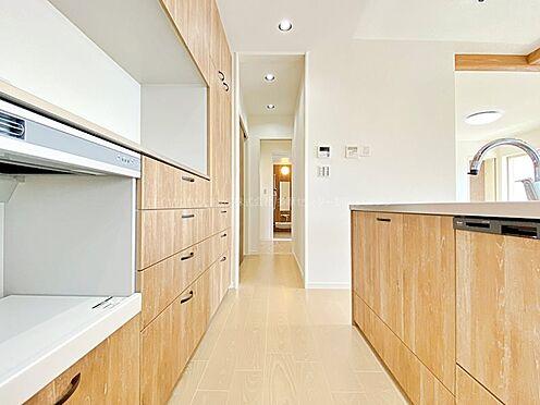 戸建賃貸-多摩市聖ヶ丘3丁目 キッチン→パントリー→洗面所→浴室と考えられた動線になっています。