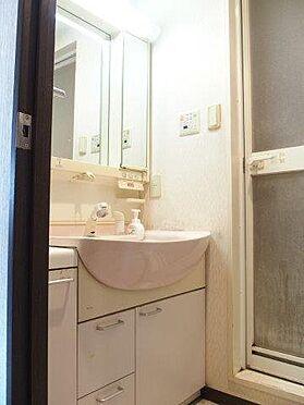 中古マンション-八王子市堀之内2丁目 大きな鏡つきで朝の身支度も快適です。収納も多数ついています。