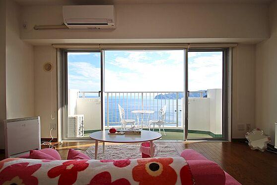 リゾートマンション-熱海市熱海 室内にいながら大海原を一望します。エアコンも比較的新しいものがついています。
