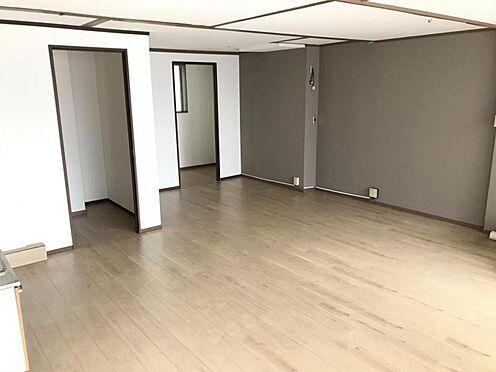 区分マンション-名古屋市名東区明が丘 洋室は約25帖の広々とした空間で事務所としての利用にも適しています。リフォーム済みの為即入居可能です。